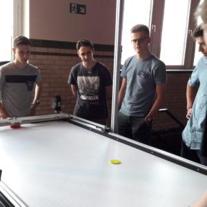 leerlingen 6IW ontwikkelen een computergestuurde air hockeytafel